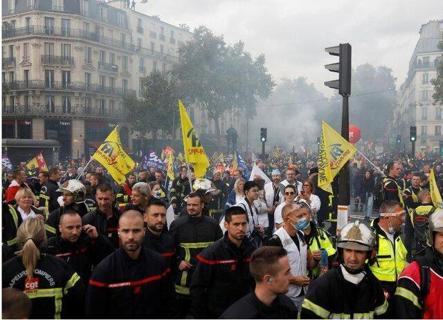 پلیس فرانسه با آتش نشانهای معترض در پاریس درگیر شد