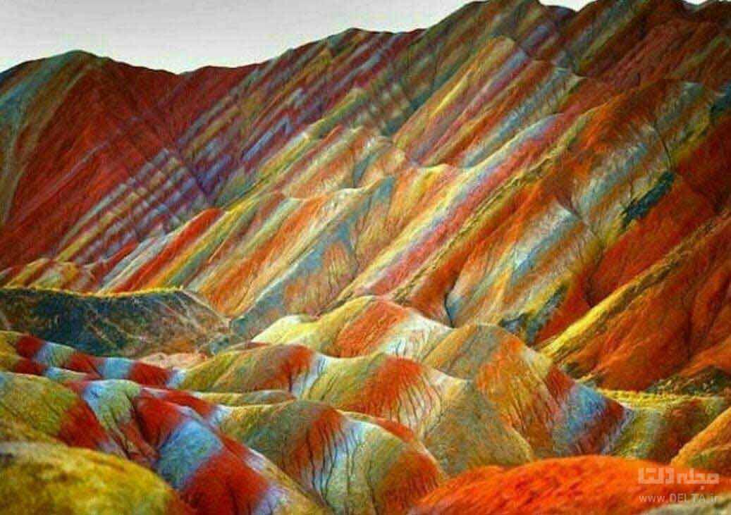 کوه های رنگین کمانی ؛ جعبه مداد رنگی در وسط اتوبان